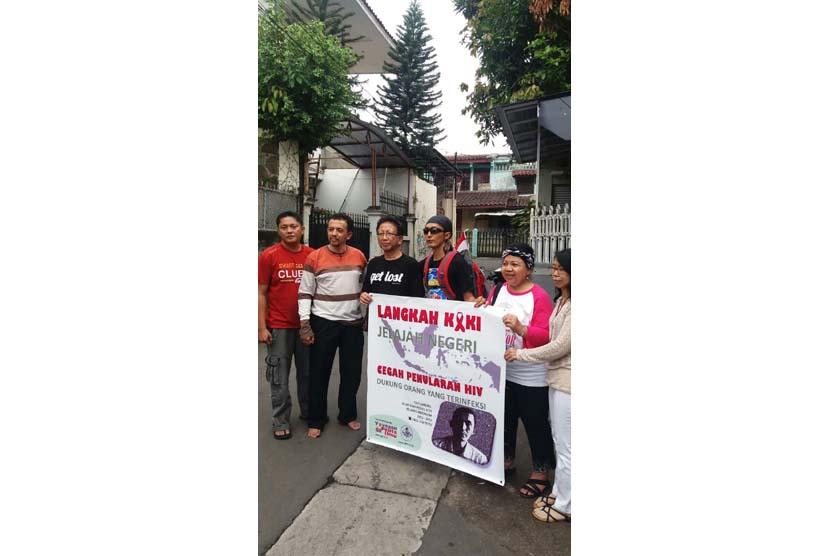 Wijianto alias Cah Gareng (keempat dari kiri) dan Pendiri Yayasan Pelita Ilmu Prof Dr Zubairi Djoerban SpPD, KHOM  (ketiga dari kiri) saat start  perjalanan