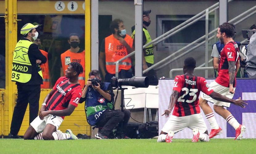 Winger AC Milan Rafael Leao (kiri) merayakan golnya ke gawang Atetico Madrid.