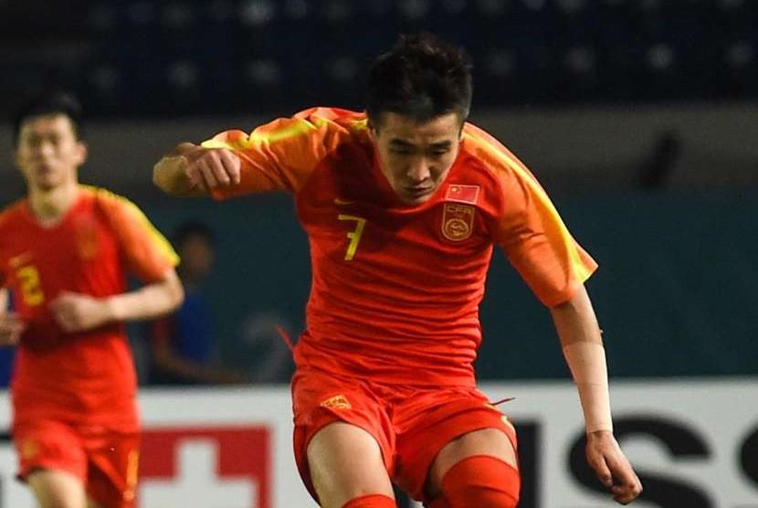 Winger Cina Wei Shihao saat menghadapi Uni Emirat Arab pada laga sepak bola putra Grup C Asian Games 2018, Ahad (19/8).