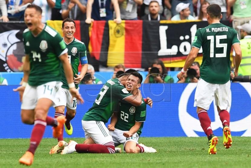 Winger Meksiko Hirving Lozano (22) melakukan selebrasi bersama rekan-rekannya usai mencetak gol ke gawang Jerman, Ahad (17/6).