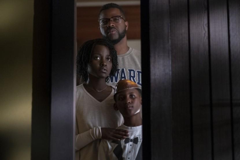 Winston Duke, Lupita Nyong'o dan Evan Alex (kanan) dalam salah satu adegan film
