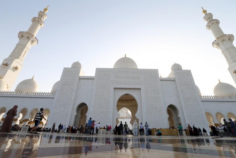 Wisata religi menjadi salah satu unggulan turisme di Abu Dhabi. Seperti masjid terbesar di Uni Emirat Arab yaitu Masjid Syeikh Zayed di Abu Dhabi.