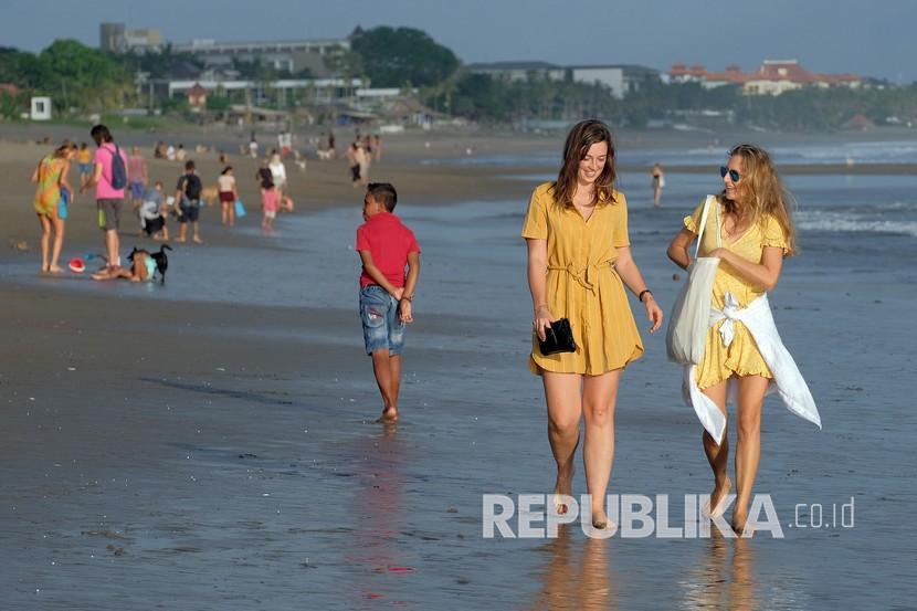 Wisatawan asing berjalan di Pantai Berawa, Badung, Bali (ilustrasi). Badan Pusat Statistik (BPS) mencatat kunjungan wisatawan mancanegara (wisman) sepanjang semester I (Januari-Juni) 2021, hanya mencapai 802.738 kunjungan.