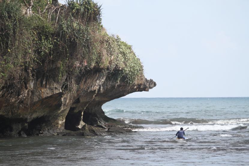 Pemerintah Kabupaten (Pemkab) Gunung Kidul, Daerah Istimewa Yogyakarta, belum ada rencana menutup atau memberlakukan jam operasional objek wisata menyikapi adanya lonjakan tambahan kasus harian Covid-19 di wilayah tersebut. (Foto ilustrasi Pantai Baron)