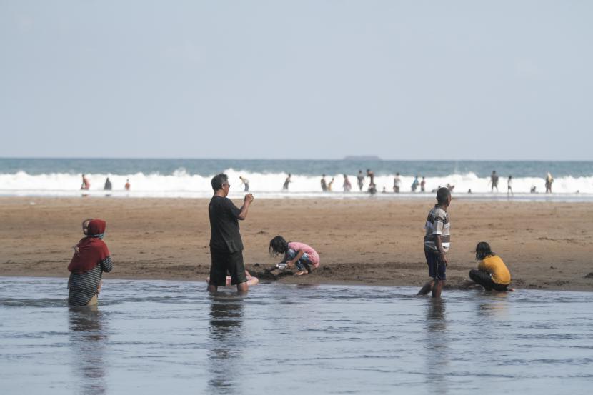 Wisatawan bermain air di kawasan Pantai Baron, Tanjungsari, Gunungkidul, DI Yogyakarta. (ilustrasi)