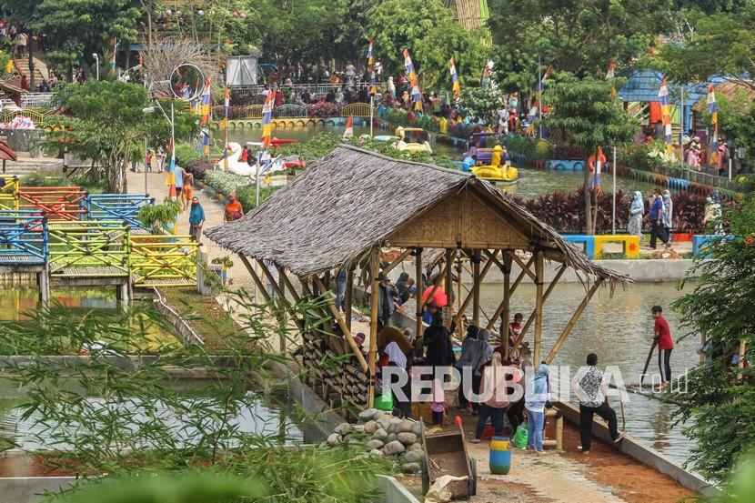 Wisatawan bermain wahana air di Taman Herbal Insani, Depok, Jawa Barat, Ahad (16/5/2021). Pemerintah Kota Depok memperbolehkan tempat wisata buka saat libur Lebaran dengan syarat membatasi jumlah pengunjung sebanyak 30 persen dengan tetap menerapkan protokol kesehatan.