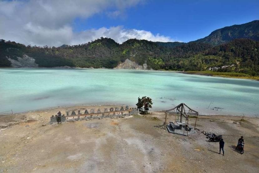Wisatawan berswafoto di Kawah Talaga Bodas Desa Sukamenak, Kabupaten Garut, Jawa Barat, Selasa (4/9).