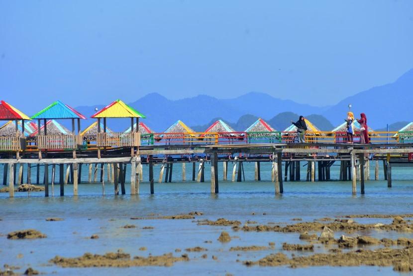 Wisatawan berswafoto di lokasi wisata terapung Pantai Lhokseudu, Kabupaten Aceh Besar, Aceh, Rabu (13/2/2019).
