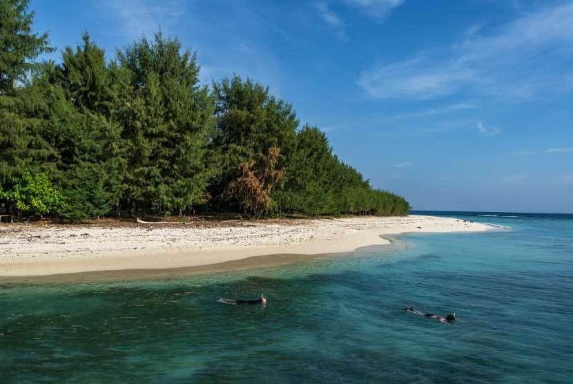 Wisatawan melakukan aktivitas selam permukaan di sekitar Pulau Cilik, Karimunjawa, Jepara, Jawa Tengah, Sabtu (4/8).