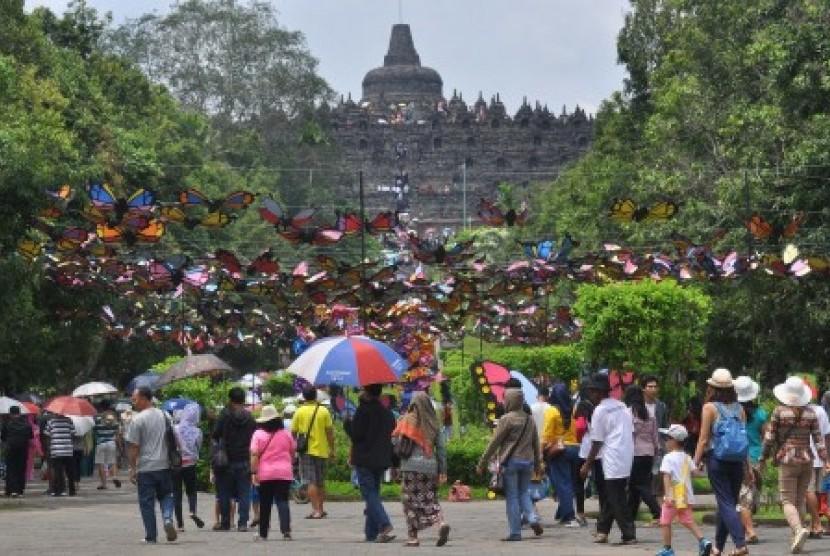 Wisatawan memadati kawasan Taman Wisata Candi (TWC) Borobudur, Magelang, Jawa Tengah, Jumat (29/12). Taman Wisata Candi Borobudur (TWCB) menetapkan masa ramai musim liburan Natal dan Tahun Baru 2018 mulai 22 Desember 2017 hingga 2 Januari 2018 dengan target pengunjung mencapai 425 ribu.