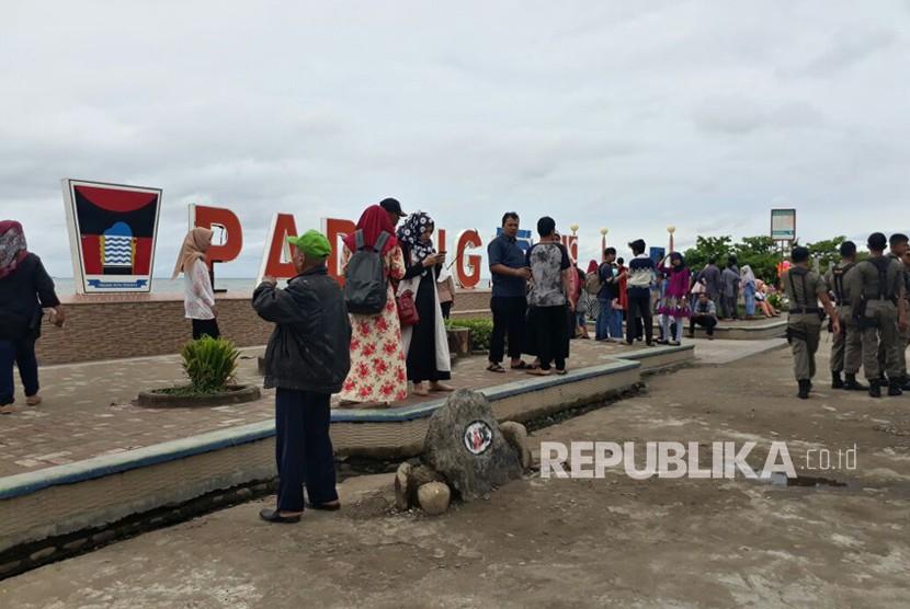 Wisatawan memadati kawasan wisata Pantai Cimpago dan Pantai Muaro Lasak, Kota Padang, Sumatra Barat pada Senin (25/12). Pemkot Padang mencatat, kunjungan wisatawan pada akhir 2017 ini naik 30 persen dibanding tahun lalu.
