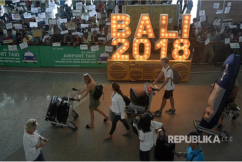 Wisatawan membawa barang milik mereka setibanya di Terminal Internasional Bandara Internasional I Gusti Ngurah Rai, Bali. (Ilustrasi)