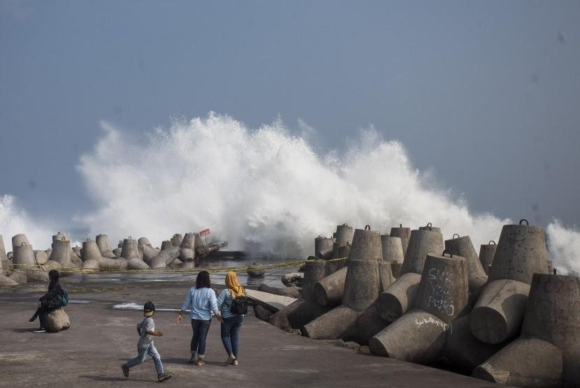 Wisatawan mengamati ombak tinggi di kawasan wisata Pantai Glagah, Temon, Kulonprogo, Daerah Istimewa Yogyakarta (DIY), Jumat (20/7).