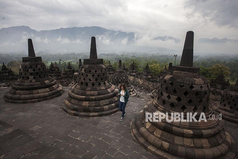 Wisatawan mengunjungi Candi Borobudur, Magelang, Jawa Tengah, Selasa (29/5).