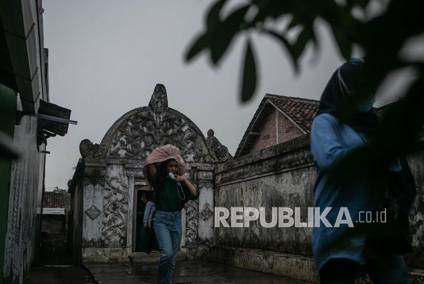 Wisatawan mengunjungi kawasan wisata Tamansari, Kraton, Yogyakarta, Rabu (23/6/2021). Dinas Pariwisata Daerah Istimewa Yogyakarta akan menguji coba penerapan program travel koridor yang berisi sejumlah paket wisata yang mengutamakan keamanan dan kenyamanan ditengah pandemi COVID-19.