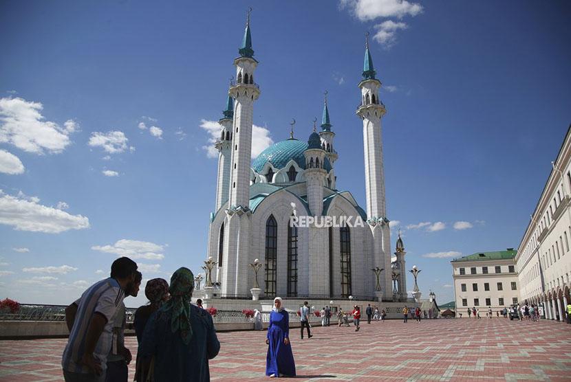 Wisatawan mengunjungi Masjid Qolsharif, di Kremlin abad ke-16, atau benteng, salah satu situs warisan dunia UNESCO selama Piala Dunia 2018 sepak bola di Kazan, Rusia, Jumat, 29 Juni 2018. (