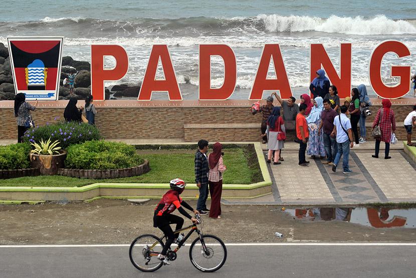 Wisatawan mengunjungi objek wisata Pantai Padang, Padang, Sumatra Barat, Senin (12/12).
