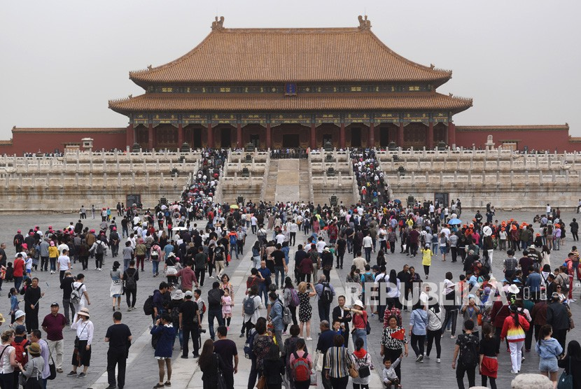 Wisatawan mengunjungi salah satu bangunan bagian dari situs bersejarah Kota Terlarang atau Forbidden City di Beijing, Tiongkok, Sabtu (5/5).