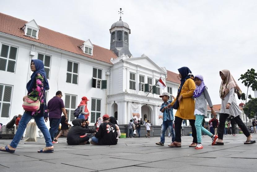 Wisatawan menikmati kawasan Kota Tua, Jakarta.
