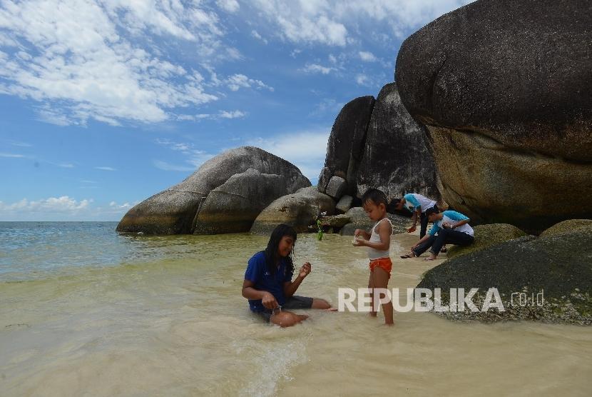 Wisatawan menikmati keindahan di Pantai Tanjung Tinggi, Belitung.