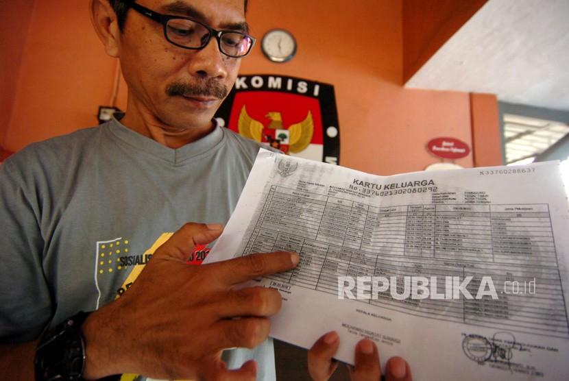 WNA Masuk DPT. Ketua KPU Kota Tegal, Agus Wijanarko menunjukkan salahsatu nama warga negara asing (WNA) di Kartu Keluarga di KPU Kota Tegal, Jawa Tengah, Rabu (6/3/2019).
