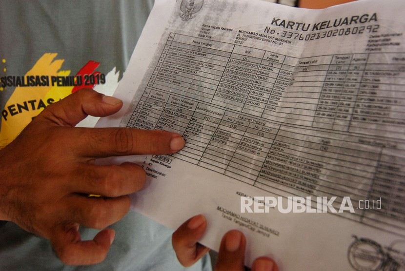 WNA Masuk DPT. Ketua KPU Kota Tegal, Ketua KPU Kota Tegal, Agus Wijanarko menunjukkan salahsatu nama warga negara asing (WNA) di Kartu Keluarga di KPU Kota Tegal, Jawa Tengah, Rabu (6/3/2019).