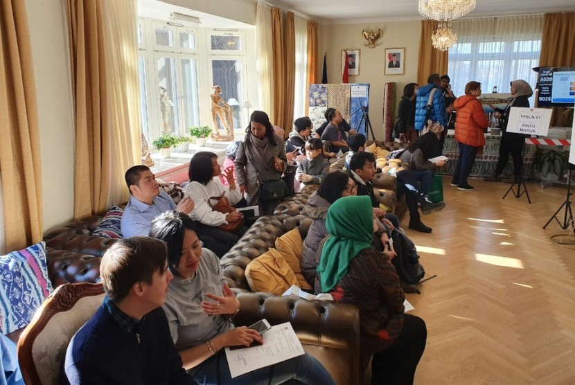 WNI menunggu untuk menggunakan hak suaranya ketika mengikuti pemilu 2019 di KBRI Stockholm, Swedia, Sabtu (13/4/2019).