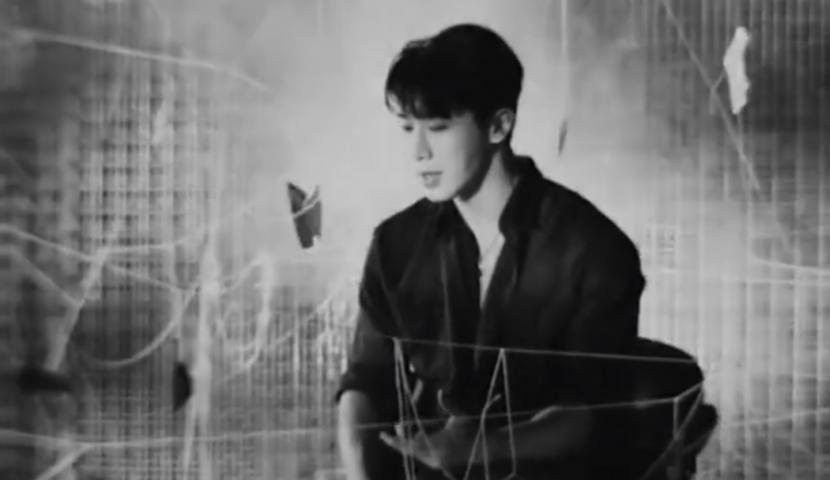 Wonho dalam video klip untuk lagu terbarunya, Blue.