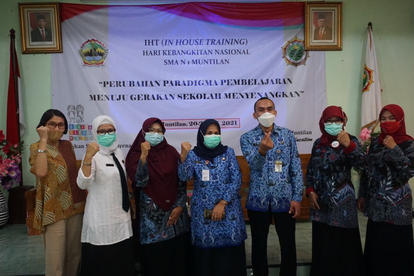 Workshop penguatan perubahan paradigma menuju sekolah menyenangkan bersama Gerakan Sekolah Menyenangkan (GSM) di SMAN 1 Muntilan, Kabupaten Magelang, Jawa Tengah, Kamis (20/5).