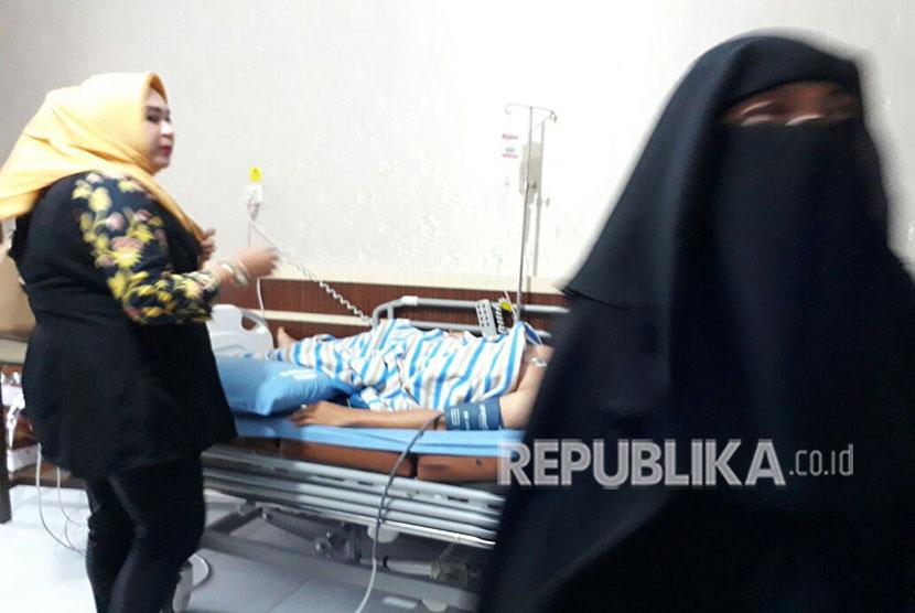 Yanti, istri AKBP Farid Abdullah yang merupakan korban penyerangan oleh terduga teroris di Mapolda Riau, setia menemani suaminya. Yanti sudah mengenakan cadar setahun belakangan.