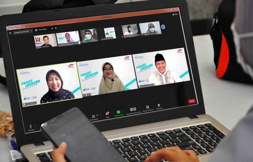 Yayasan Amaliah Astra (YAA) mengadakan workshop dengan tema Usaha Moncer di Masa Pandemi (18/9). Workshop, yang diikuti 202 peserta dan berasal dari kalangan usaha menengah kecil dan mikro (UMKM) binaan YAA, jamaah Masjid Astra, karyawan dan masyarakat umum, bertujuan membantu pemasaran UMKM dengan menggunakan media digital.