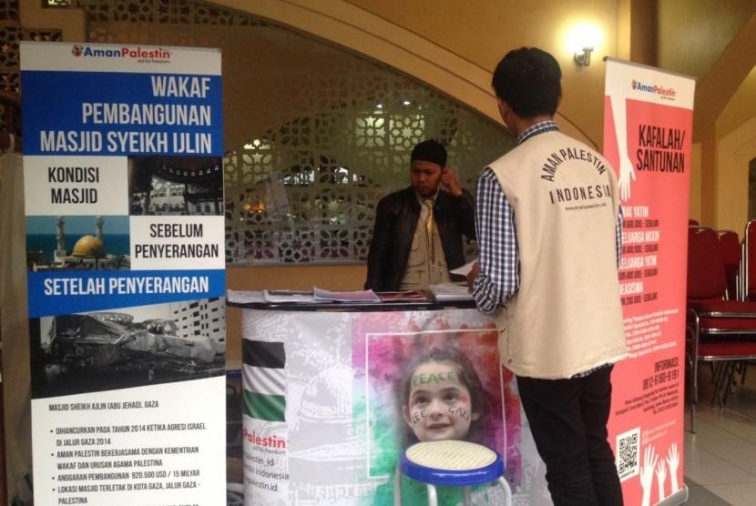Yayasan Aman Palestin Indonesia membuka stan wakaf pembangunan Masjid Sheikh Ajlin Gaza di Kompleks Pusdai Kota Bandung, Ahad (31/12).