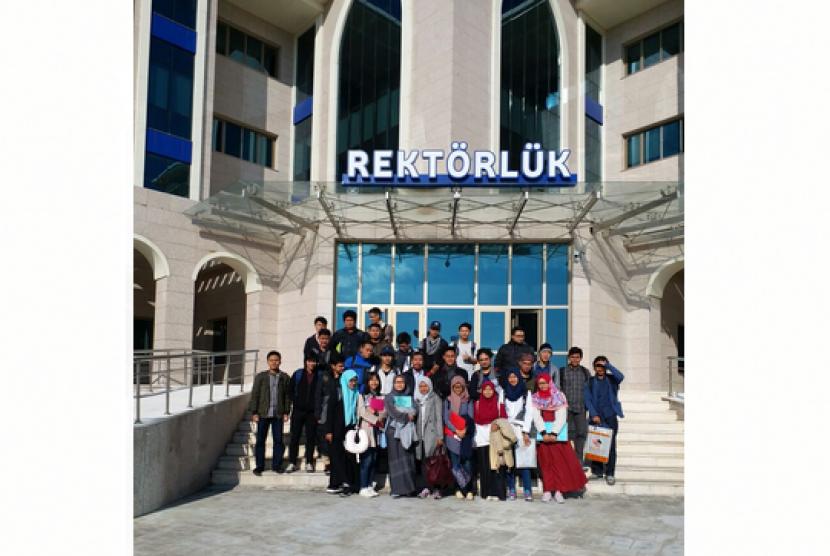 Yayasan Pendidikan Indonesia Turki memberangkatkan puluhan pelajar Indonesia untuk kuliah di Universitas Kirklareli, Turki.