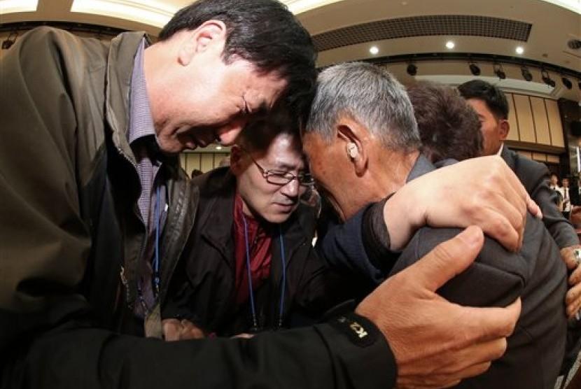 Ye Hae Su (kanan) dari Korea Utara memeluk kerabatnya dari Korea Utara dalam Pertemuan Reuni Keluarga yang Terpisah di resor Diamond Mountain di Korea Utara, Kamis, 22 Oktober 2015.