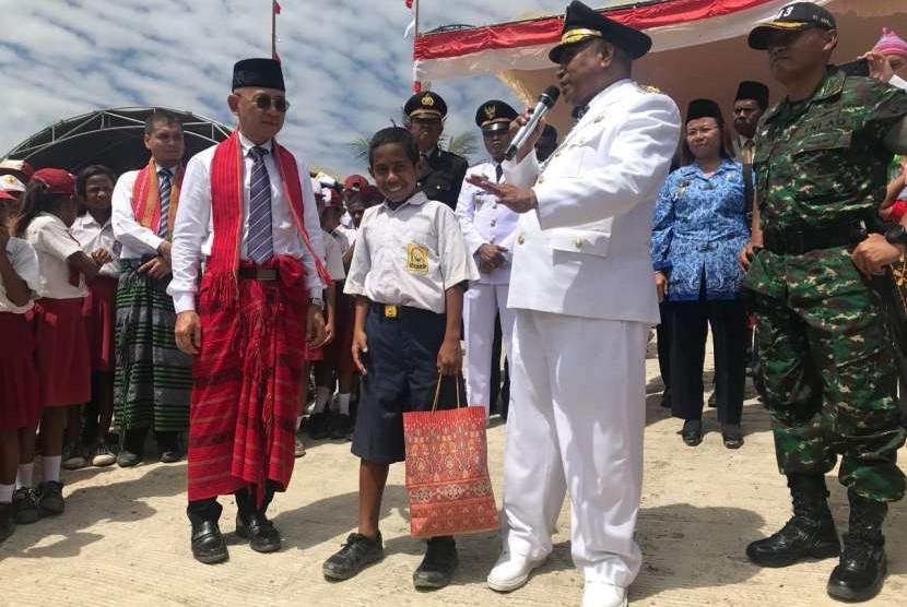 Johannes Adekalla mengenakan seragam SMP Negeri 1 Silawan, Atambua, NTT.