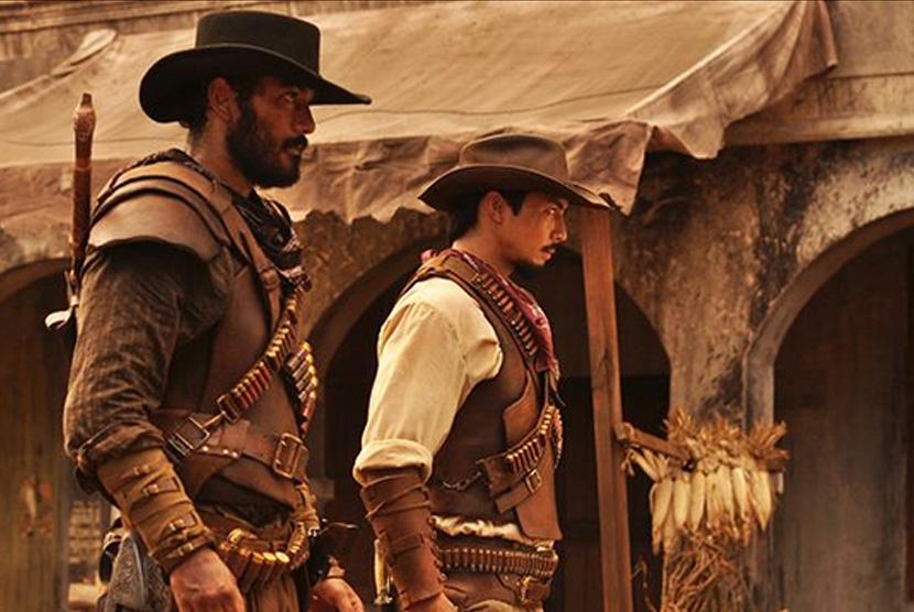 Yoshi Sudarso (kanan) dalam film Buffalo Boys.