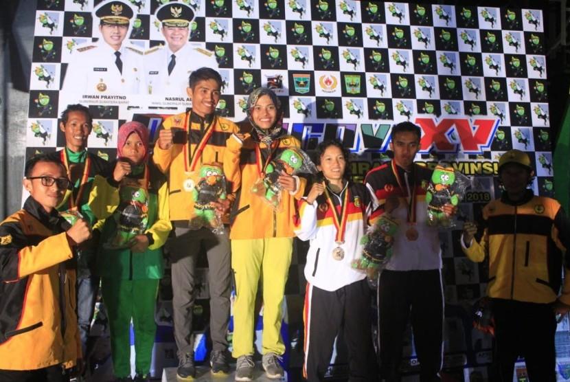 Yosua (mahasiswa UBSI) saat menerima gelar juara di Kejuaraan Pekan Olahraga Provinsi Sumatera Barat.