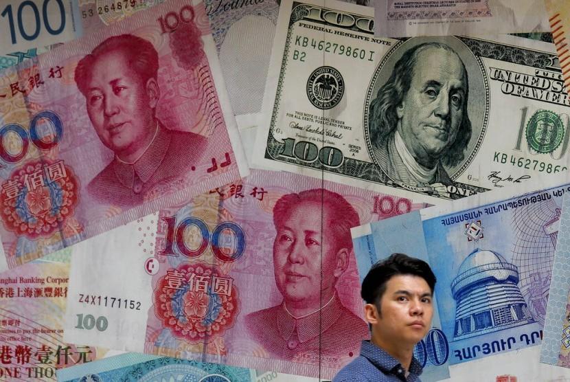 YUAN. Seorang warga melintasi kantor penukaran uang asing yang dihiasi gambar uang berbagai negara di Hong Kong, Selasa (6/8). Nilai tukar yuan Cina merosot tajam atas dolar AS sebagai akibat dari perang dagang dengan Amerika Serikat.