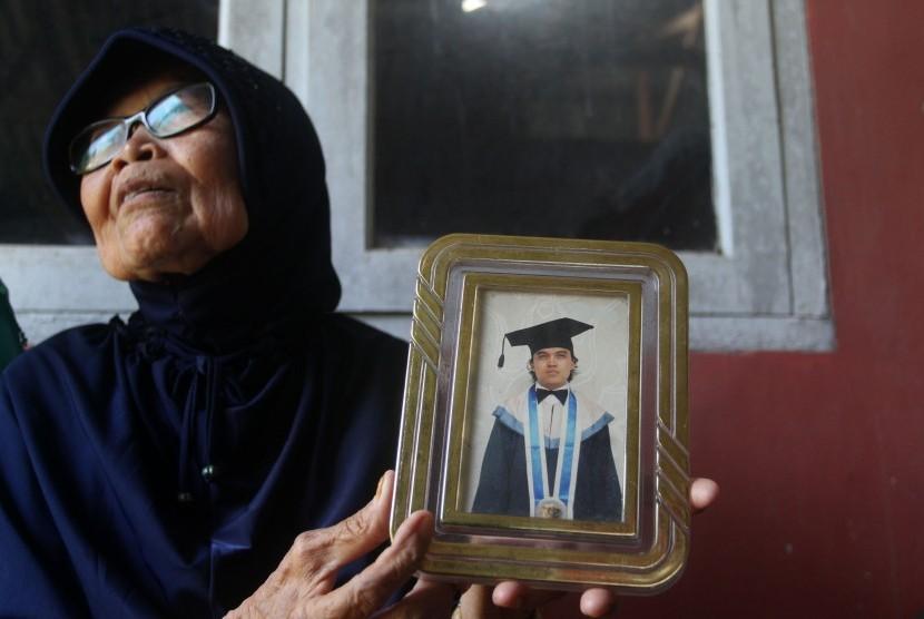 Yusni (71) memperlihatkan foto anaknya Zulfirmansyah, salah seorang korban penembakan di Selandia Baru, di kediamannya di Padang, Sumbar, Sabtu (16/3/2019).