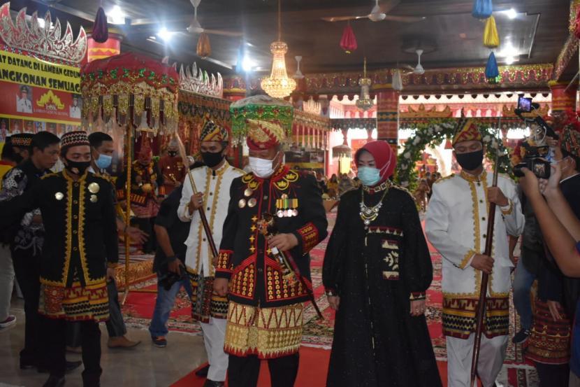 Yusuf Kohar, wakil wali kota Bandar Lampung menerima gelar dari Kerajaan Paksi Pak Skala Bghak di Lamban Kuning, Bandar Lampung, Ahad (29/11).