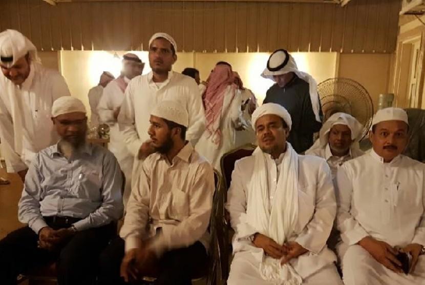 Zakir Naik (duduk di paling kiri) bertemu dengan Habib Rizieq (kedua dari kanan) di Kediaman Syeikh Khalid Al Hamudi..