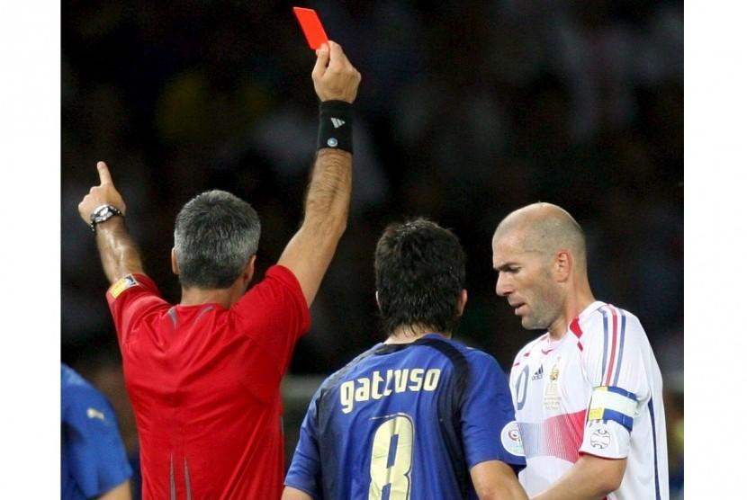 Zinedine Zidane (kanan) saat dikartu merah pada final Piala Dunia 2006.