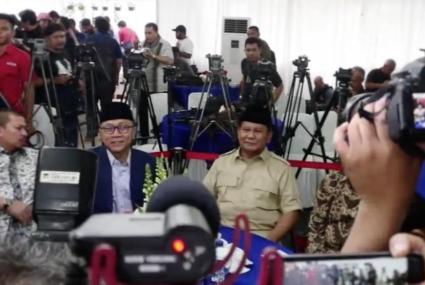 Zulkifli Hasan (kedua kiri) dan Prabowo Subianto (kanan)