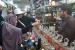 Tahun Ini Jamaah Haji di Dua Embarkasi Gunakan E-Money. Jamaah haji Indonesia sedang belanja di Pasar Jaafaria, Makkah.