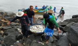 In Picture: Aktivitas Nelayan Pangandaran Pasca Gempa