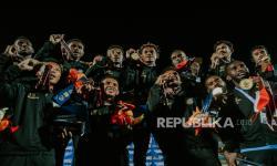 Tim sepak bola Papua menunjukan medali saat upacara penyerahan medali usai berhasil menang pada laga final sepak bola putra PON Papua melawan Nangroe Aceh Darussalam di Stadion Mandala, Kota Jayapura, Kamis (14/10). Tim sepak bola Papua berhasil meraih medali emas usai berhasil menang melawan Nangroe Aceh Darussalam dengan skor 2-0 disusul Nangroe Aceh Darussalam medali perak dan Jawa Timur meraih medali perunggu.
