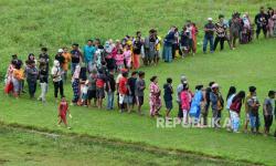 In Picture: Korban Gempa Bumi Mamuju Mengantre Bantuan Logistik