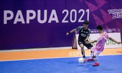 Atlet futsal Sulawesi Selatan Muh Agung Pandega (kiri) berebut bola dengan atlet futsal Banten Ahmad Sihabudin (kanan) saat bertanding pada babak penyisihan grup B Futsal PON Papua di Gor Futsal SP 2, Kabupaten Mimika, Papua, Selasa (28/9/2021).