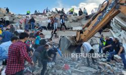 Tim Penyelamat Berlomba untuk Menemukan Korban Gempa Turki