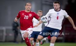 Danmarks Yussuf Poulsen (Kiri) dan Eric Dier dari Inggris beraksi pada pertandingan sepak bola UEFA Nations League antara Denmark dan Inggris di Parken Stadium, Kopenhagen, Denmark, 08 September 2020.
